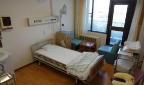 母子室です。退院前にお母さんと一緒に止まってもらったり、日中には面会にも使っています。窓からはむつ湾が見えます。