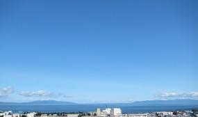 医局の窓からはむつ湾を一望できます。向こうに見える陸地は、向かって右側が下北半島、左側が津軽半島で、その間が津軽海峡です。