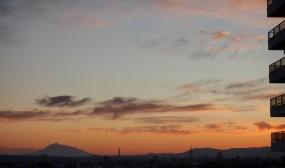 MFICUとの渡り廊下から見える夕暮れの岩木山です。