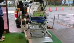 新生児搬送用保育器のヘリポートまでの搬送車に載せてシュミレーションしているところです。向かって右奥がヘリポートになります。