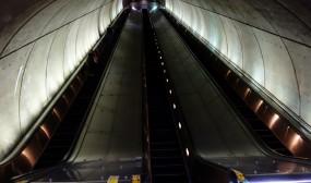 ジャンプ台のような深く長いメトロのエスカレータ。