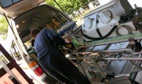新生児搬送用保育器は北口玄関からドクヘリ用の搬送車に載せてヘリポートまで運びます。