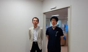 電カル関連の説明が終わった後、NICUの見学もさせていただきました。もの凄く広くて立派な施設でびっくりしました。NICU専用の手術室や透視室、感染症室などが完備されています。年間入院数約500名を当院と同じ5名の医師で当直体制で頑張っていらっしゃいます。ご案内下さった穐吉先生と一緒に写真を撮らせていただきました。