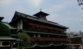 宿泊は道後温泉に泊まりました。松山市は空港も道後温泉も近くにあってとても便利な町と感じました。写真は道後温泉本館です。この温泉は「千と千尋の神隠し」のモデルなんだそうです。