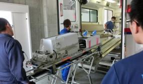 新生児搬送用保育器を救命センターまで運び、ストレッチャーごと搬送車に載せます。ちなみにこのヘリポートまでの移動に使う搬送車は当院周産期センターの初代ドクターカーです。