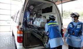 むつ市役所の駐車場には救急車が待機しており、ヘリポートのないむつ病院までの搬送をしてくれます。