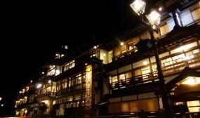 銀山温泉街の夜景です。ここも「千と千尋の神隠し」のモデルと言われているらしいです。確かに道後温泉本館とも似た感じです。