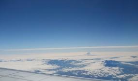 行きの飛行機で。遠くに富士山が、翼の下あたりは諏訪湖だそうです。