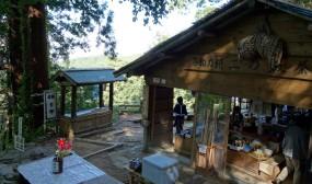 二の坂の途中に休憩所の茶屋がありました。ここまでの石段がかなり急で足がかなり辛くなっていたところだったので助かりました。