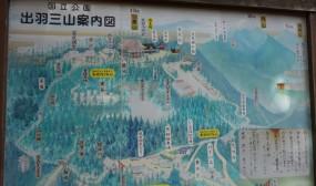 羽黒山神社の参拝コースのマップです。向かって左下の随神門がスタート地点で、ここから一旦、神橋・須賀の滝まで下り、国宝の五重の塔を過ぎてから上り坂に入ります。