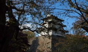 弘前城です。確か、桜の頃にも同じ位置から写真を撮った覚えがあります。